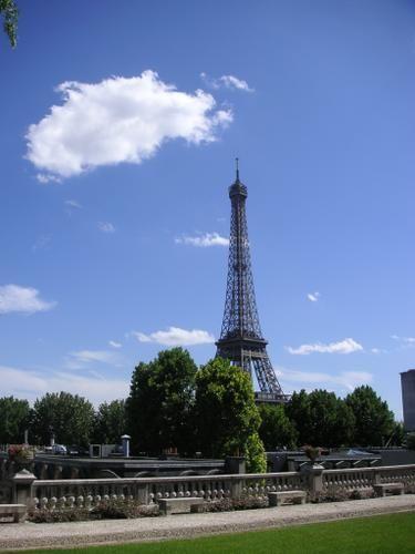 """Tour+Eiffel+idéale+et+nuage+parfait <BR> <BR>Mon+petit+Dimage+est+compatissant,+quand+il+sent+que+je+vais+mal,+il+s'efforce+""""d'appeler+la+photo""""+comme+son+grand-frère,+l'Olympus+le+fait.+On+peut+hélas+se+sentir+très+mal+dans+un+endroit+et+par+un+temps+de+rêve.+Finalement+les+temps+froids+et+les+lieux+sinistres+ont+ceci+pour+eux+qu'on+peut+leur+attribuer+nos+accès+(excès+?)+de+tristesses. <BR> <..."""