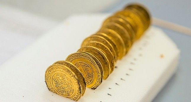 This handout picture released by the University Lumiere Lyon II on November 14, 2017, shows golden dinar coins on September 21, 2017, in Cluny, central France. (AFP Photo)