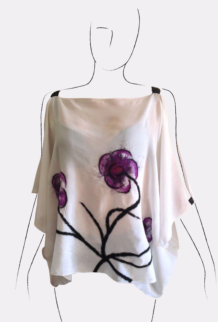 camicia a poncho in georgette di seta bianca con fiori in nunofeltro e spalline di perline