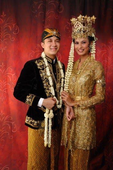 Sunda Siger   Busana pengantin Sunda Siger juga terinspirasi dari busana putri-putri kerajaan Sunda di masa lampau. Pengantin wanita Sunda ...
