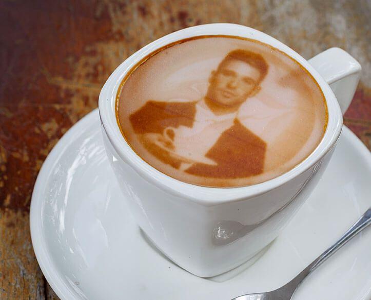 Ein Dating-Portal lädt seine Mitglieder zum Kaffeetrinken ein. Auf die Schaumkronen werden dabei mit einem Ripple Maker Bilder der Teilnehmer gedruckt.