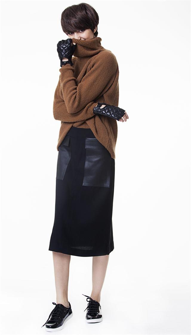 Volvió la polera: OVERSIZE: Polera larga (Desiderata, $ 1400), falda con bolsillos (Uma, $ 2100), zapatillas acharoladas (Prüne,$ 1590), guantes matelasseados (Paula Cahen d' Anvers, $ 1200