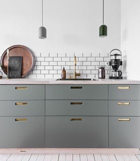 Grågröna luckor och grepp 9 med ilägg i mässing. #pickyliving #g9 #ncc #ncscolour #arkitektur #inredningstips #trender #detaljer #inredning #kök #köksluckor #köksinredning #kitchen #kitchenlife #kitcheninspo #köksinspiration #köksdetaljer #mässing #grå #gråttkök #gröntkök #design #interior #interiör #interiordesign