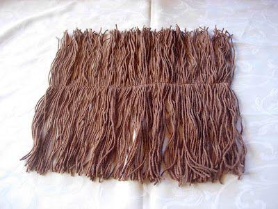 Capelli: tagliate un rettangolo di cartoncino (la misura può variare a seconda della lunghezza dei capelli che avete scelto per la vostra...
