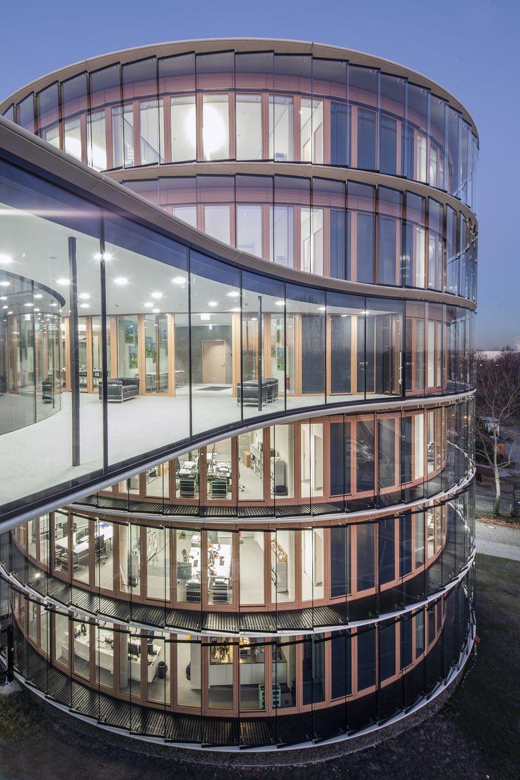 Vis-à-vis der Veltins-Arena erweitert die GELSENWASSER AG ihre Verwaltung mit einem runden, transparenten Neubau, der durch eine Brücke mit den bestehenden Gebäuden verbunden ist. Innen läuft es sich sehr gut auf der FACTUM von TOUCAN-T. Ob's auf Schalke auch so läuft? © TOUCAN-T #teppich #teppichboden #akustik #buero http://www.toucan-t.de/de/produkte/produkte