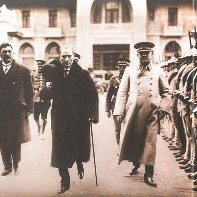 Atatürk, Mareşal Fevzi Çakmak ile tören kıtasını denetliyor. Ankara, 1931