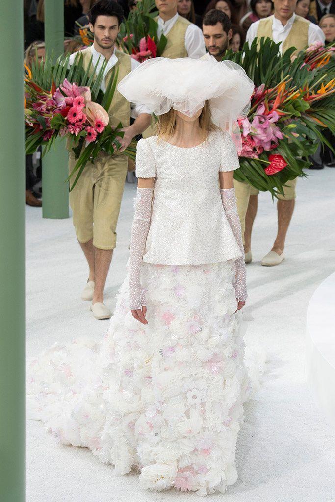 ディテールへのこだわりが素晴らしいシャネルのモードドレス☆ ハイブランドのウェディングドレス・花嫁衣装の一覧。