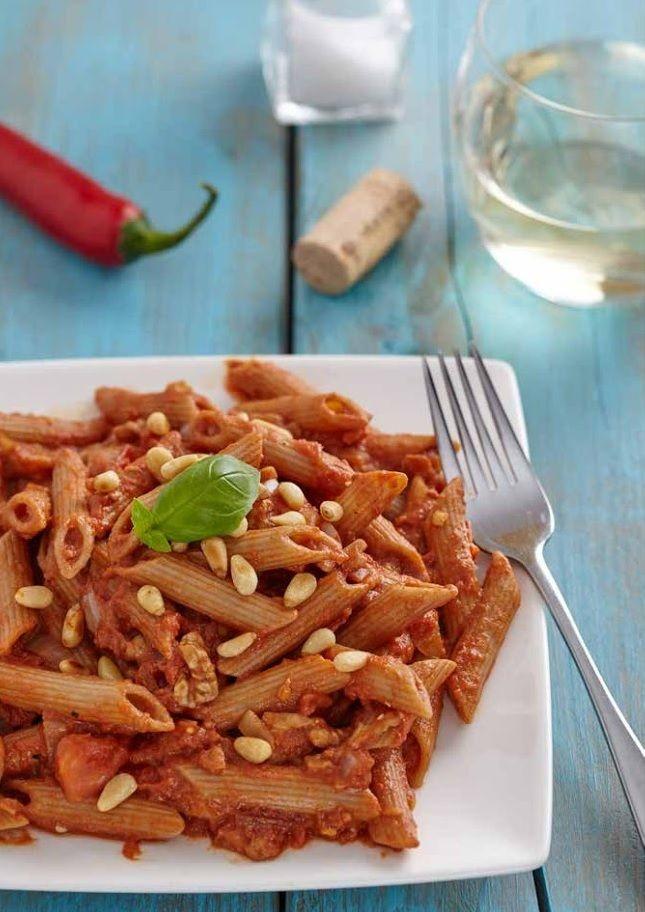 Een goede pasta is altijd lekker, maar deze pittige pasta is absoluut mijn favoriet. De klassieke combinatie van knoflook, chilipeper en tomaat om arrabiatasaus te maken is heerlijk. Ironish genoeg betekent het Italiaanse woord 'arrabiata' in het Nederlands 'boos', verwijzend naar de pittigheid van het gerecht. Maar met de bite van het walnotengehakt en de romige textuur van de avocado word je er allesbehalve boos van!Dit recept is met toestemming overgenomen uit Kickstart van Lisa…