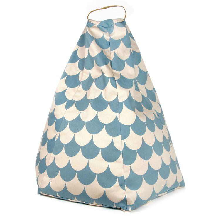 """Prachtige poef van Nobodinoz in motief """"blue scales"""". Ideaal voor de allerkleinste om lekker te luieren. Leuk te combineren met de andere accessoires uit de collectie van Nobodinoz. Het kan ook niet anders dat deze zitzak in iedere kinderkamer past! Ideaal voor kinderen tot 4/5 jaar."""
