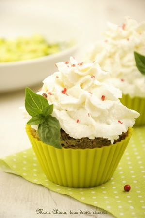 Cupcakes chaud-froid aux jeunes courgettes, pesto, et chèvre frais