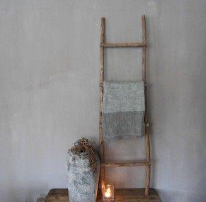 Oude houten ladder gezien bij Woonhuys45. Stijlvol in landelijk wonen.