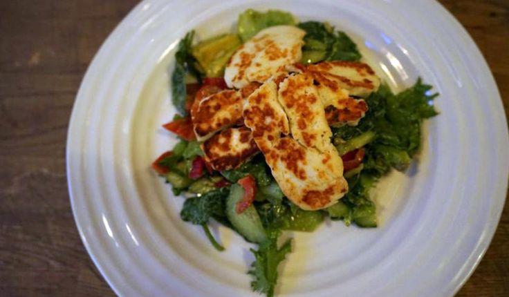 - Eg er heilt gal etter halloumi!, skriver Tone Damli på sin blogg. Hun ble kjent med den kypriotiske fåremelkosten i Sør-Amerika for mange år siden, og ville aller helst spist den til hvert måltid. Denne salaten er fresh, sunn og kjempelett å lage - og du kan godt ha i litt skinke eller kylling, så blir salaten litt mer mettende.