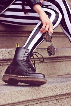 Fabricados por primera vez hace más de 50 años, cuando el alemán Klaus Martens, tras romperse un pie, diseñó un zapato que le garantizara el mejor apoyo, se convirtió en el calzado preferido de los trabajadores que aguantaban largas jornadas de pie. Con el paso del tiempo, se transformó en emblema de distintas subculturas que hicieron de las Dr. Martens su seña de identidad. :