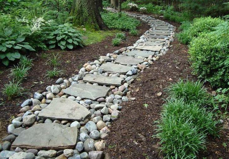 allées de jardin en dalles de pierre et galets décoratifs, arbres et graminées d'ornement