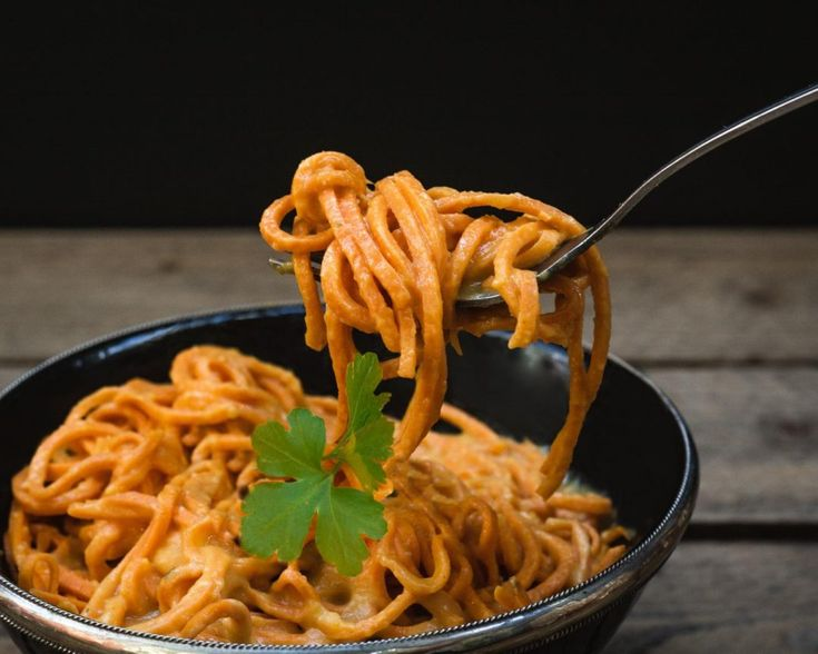 Süßkartoffel-Spaghetti mit veganer Käsesoße