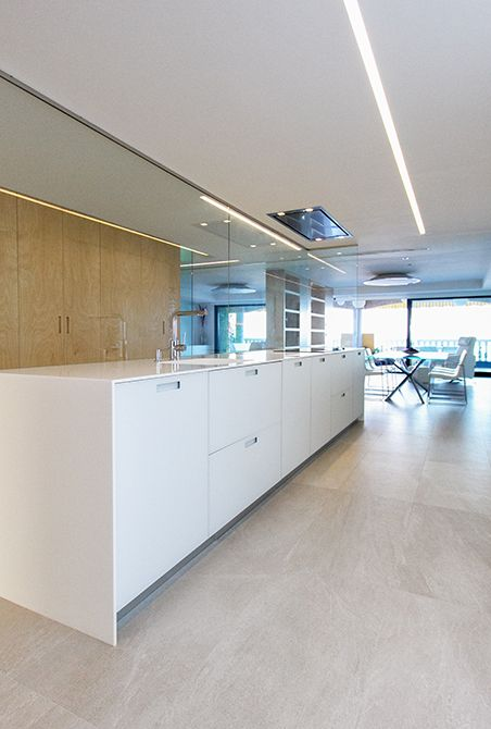 Cocina con isla central en madera y blanco   Moncofa - Chiralt Arquitectos Valencia