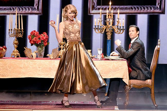 Billboard : Taylor Swift Gives 'Blank Space' Dazzling Live Debut at AMAs