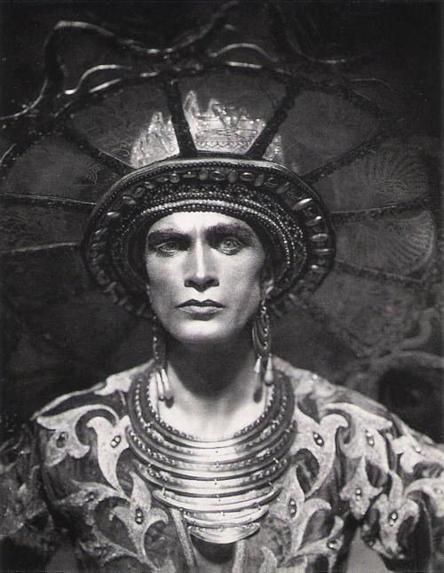 Conrad Veidt, in the 1921 film Das Indische Grabmal.