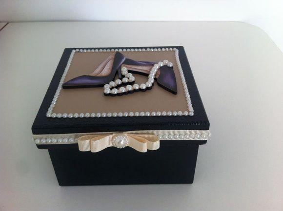 """Diga adeus a bagunça..Temos a solução.Que tal uma linda caixa para você organizar todas suas. Jóias """"(bijuterias) numa só caixa. Contate -nos que elaboramos uma especial para você! Podemos personalizar com a sua foto""""ou com outras ilustrações'você escolhe!! Cor.a cor que você quiser.Papel temos p..."""