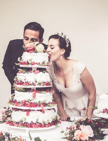 Lena hat sich bei ihrer Hochzeitstorte für eine Pâtisserie-Torte entschieden. Diese sollte so leicht und luftig sein, dass sie vom Schnabulerie-Team vor Ort angefertigt werden musste - ein Transport wäre unmöglich gewesen.