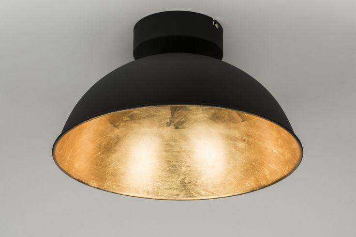 Artikel 10109 Industriële plafondlamp voorzien van ingebouwd led!  Het armatuur heeft een matte, zwarte buitenzijde. De binnenzijde van de kap heeft een opvallende, metallic afwerking in een warme, gouden kleur.  http://www.rietveldlicht.nl/artikel/plafondlamp-10109-modern-metaal-zwart-mat-rond