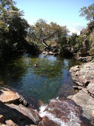 Nadando no poço esverdeado da Cachoeira do Paraíso, em Natividade - TO