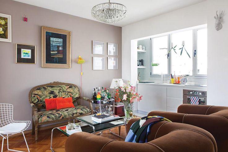 Living ecléctico entre clásico y moderno. Sillón francés estilo canapé con pátina dorada tapizado en lino español; conjunto de mesas de living con espejos biselados y araña con caireles de cristal de los años 70.