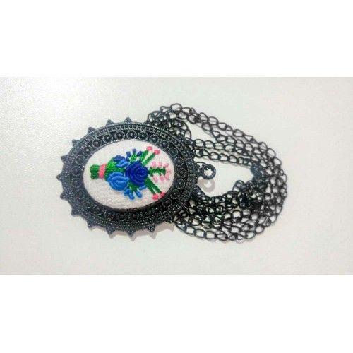 Çiçek Motifli Etamin İşlemeli Kolye - Sanatkardan