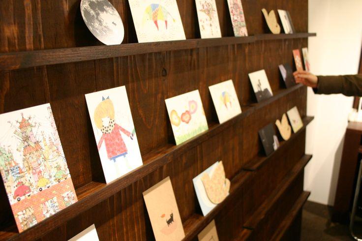 【紙とデザインの書斎mukku】大阪・堺筋本町 全国のデザイナー、作家さんから公募したポストカード。mukkuとのコラボで色んな種類の紙で印刷されたポストカードを販売。 紙と印刷のショールームに併設。
