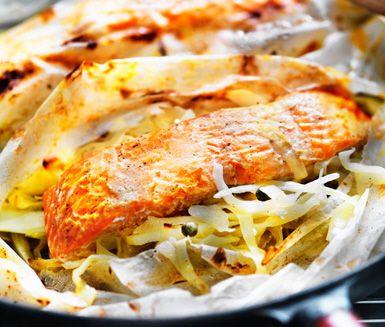 Lax i ugn går alltid hem! Här är ett annorlunda recept på kryddig lax som du gör av bland annat vitkål, kapris och dijonsenap. Utsökt att servera med kokt potatis!