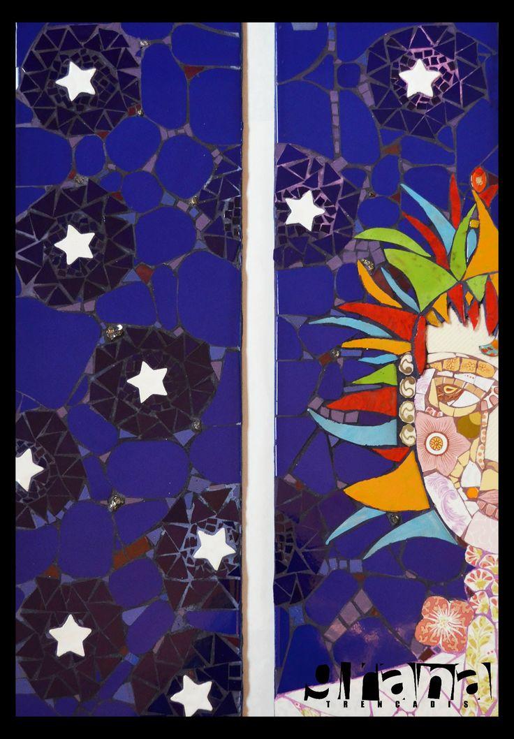 Ana no duerme - Díptico - Azulejos de los más económicos forman la cara, el cuello y hombro de Ana. Su pelo vuela en vidrios de colores. En la noche piezas cerámicas, azulejos y brilla la pirita (el oro de los tontos)