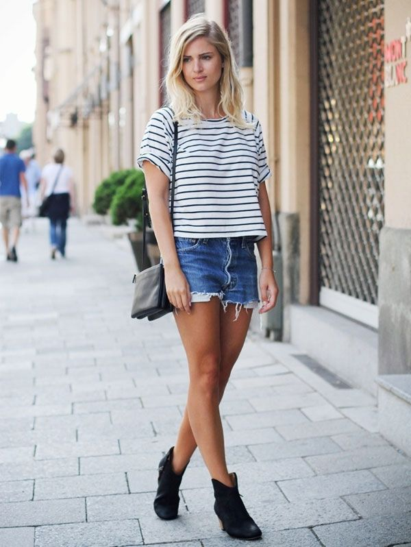 Shorts jeans com blusa listrada e ankle boot.