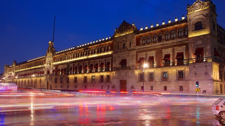 """El miércoles, a las once de la mañana, espero ver El Palacio Nacional. Es un gran lugar donde el presidente de México tiene su oficina. También, hace muchos años, el emperador Azteca Moctezuma II tenía su palacio. Papá le encantan las políticas, y el gobierno, pero mamá, Austin, y yo no nos gustan. FAVOR DE CONTINUAR CON EL """"PIN"""" QUE VIENE"""