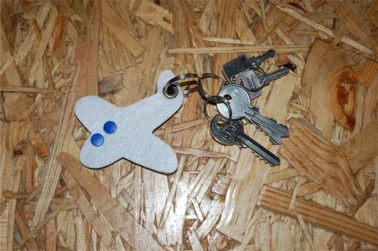 Filcowy breloczek do kluczy w kształcie samolotu. Spółdzielnia socjalna Panato.