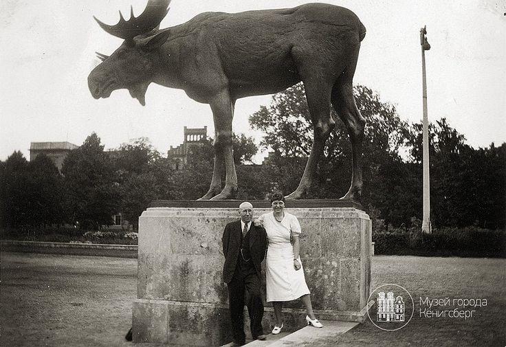Тильзит,пара но фоне скульптуры Лося. Фото ок. 1925 года.