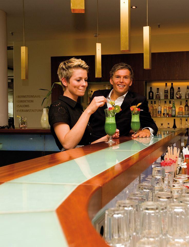 Erfrischenden Cocktail an der Lobby-Bar in der Hotelhalle.