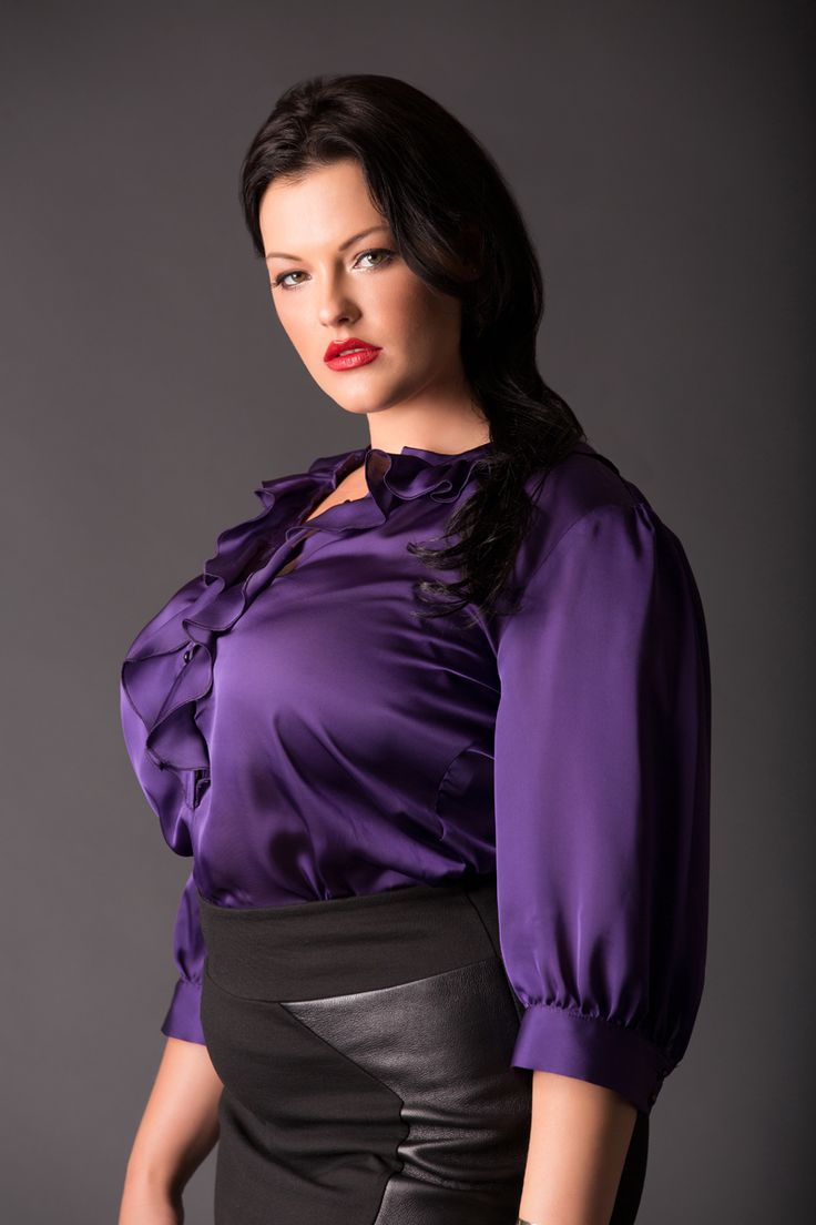 Tummy tuck shirt in textured silk blend. Slightly fitted, mandarin collar, flared 3/4 sleeve and black piping detail. flared 3/4 sleeve and black piping detail. Size M measures: Bust 42