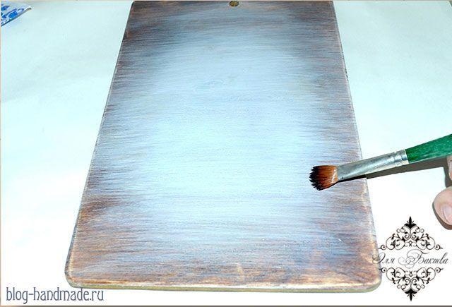Пошаговый фото мастер класс по декупажу разделочной доски для начинающих: лессировка акриловыми красками, вживление распечатки, состаривание.