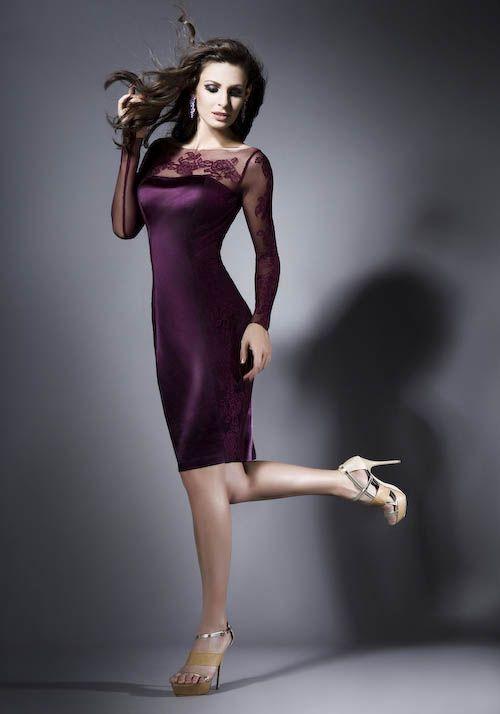 Entre los vestidos para fiestas de día podemos jugar siempre con los colores, porque el protocolo permite los colores más llamativos. Luce tu silueta con este vestido entallado de mangas transparentes