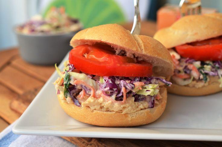 Un sandwich cremos si racoros? Exista asa ceva? Da! Exista si este delicios pe timp de vara: Sandwich Coleslaw cu pui! Se pregateste usor si rapid!