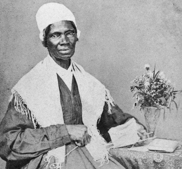 """Sojourner Truth, nascida escrava em 1737 com o nome de Isabella Baumfree, na zona rural de Nova York. Ela se tornou uma ativista da abolição e do sufrágio feminino, e fez um famoso discurso chamado """"Ain't I a Woman"""", na Women's Convention em Ohio, em 1851. Em parte dele, dizia """"Aquele homem ali diz que as mulheres precisam ser ajudadas a entrar em carruagens, e erguidas para passar sobre valas e ter os melhores lugares em todas as partes. Ninguém nunca me ajudou a entrar em carruagens, a…"""