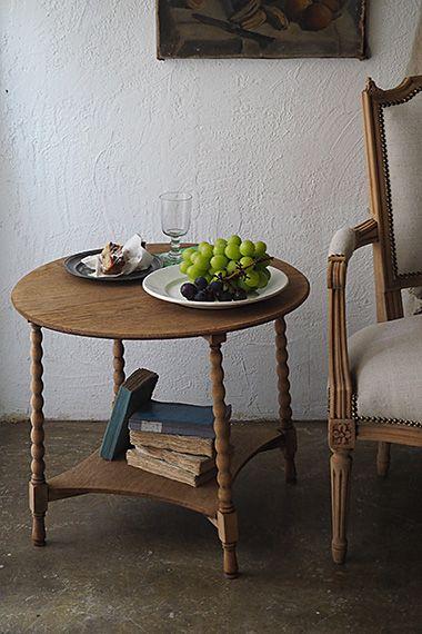 円卓ローテーブル-oak round low table ソファサイド、アームチェア横のティーテーブルとして、オークの素地がナチュラルな雰囲気のローテーブル。他スクリュー比べて挽きもの加工の脚は程度甘く、アンティーク真っ只中なデザインでは無い為、ジャンル問わず併せ様に沿うテーブルと成り得る。天板に緩やかな反りが御座いまして、一度脚から外し90度回転させ取り付け直しました。反りは当初より改善されましたが下段天板に対して木目の流れが異なります。下段は床よりh130mmの位置に御座います。