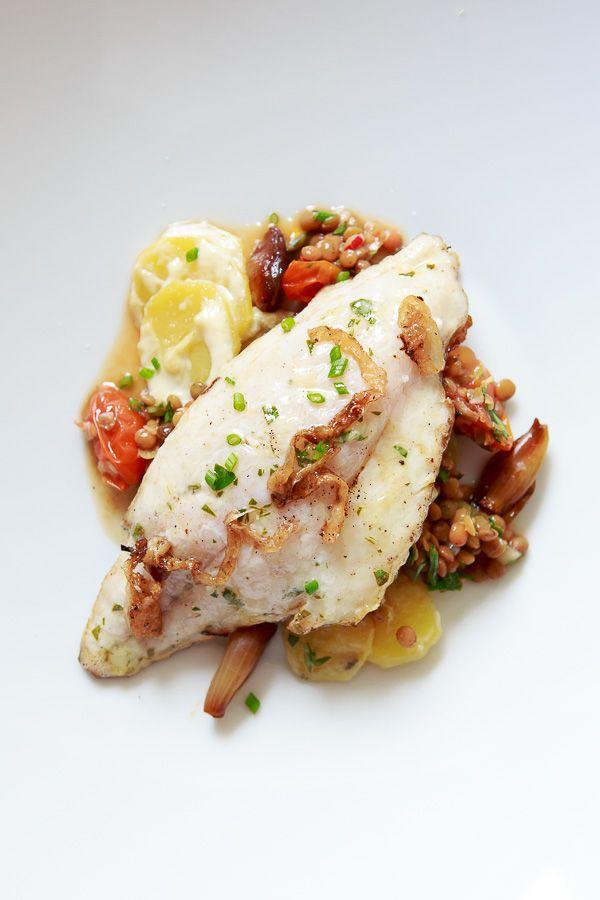 Gebratene Dorade mit Puy-Linsen-Salat, Kartoffel-Wein-Gratin, Perlzwiebeln, Lardo und Zitronenvinaigrette