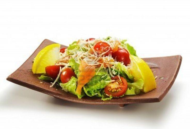 ensalada de salmón fresco hecho sin las hojas de lechuga, tomato, limón y queso #cocinajaponesa #nutricion #salud