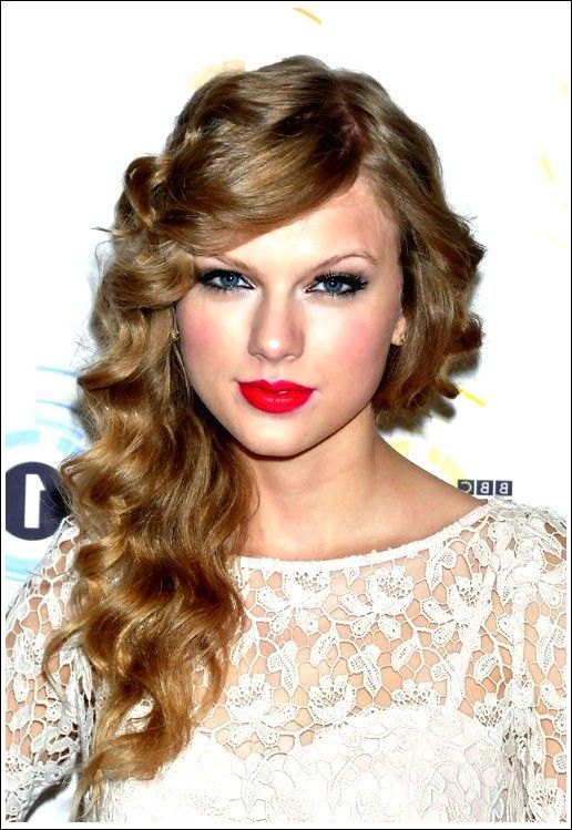 Taylor Swift Long Curly Hairstyle with Side Curved Pony – #Hairstyle #swiveled #long #locky #with