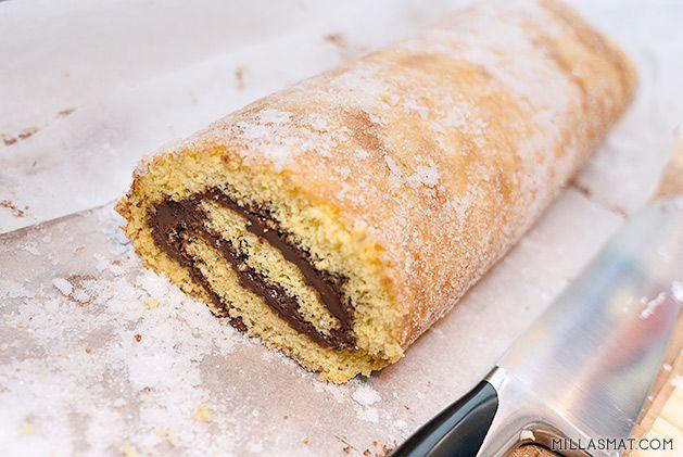 Italienere elsker Nutella som er et smørbart sjokoladepålegg med masse hasselnøtter og de bruker det mye som fyll i kaker, desserter og til sin elskede iskrem. Her er den brukt i en rullekake og dette smaker deilig sammen med god sterk italiensk espressoeller encappuccino. Denne