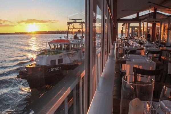 Im Restaurant Engel lässt es sich mit Blick über die Elbe ganz maritim brunchen- Räucherfischplatte inklusive.