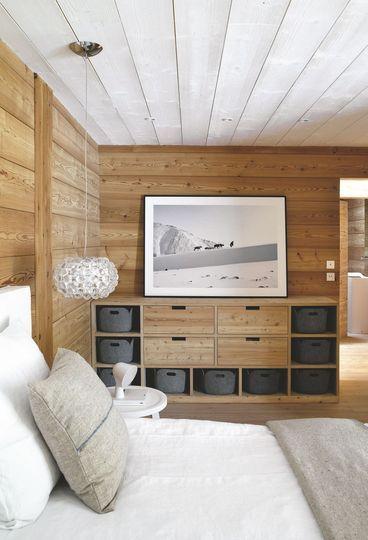 Une chambre cocooning toute en mélèze. Plus de photos sur Côté Maison http://petitlien.fr/7pqv
