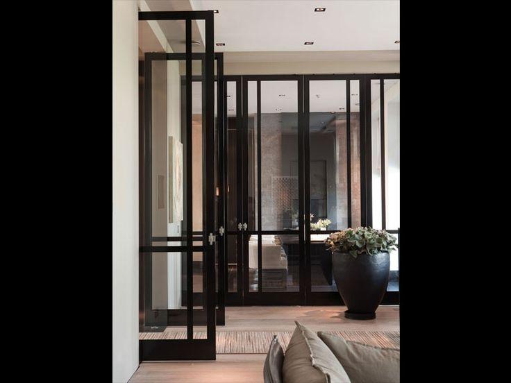 FritsJurgens stalen Taatsdeuren met glas. Design van Marcel Wolterinck, uitgevoerd door deurenspecialist Bod'or. #stalenbinnendeuren #taatsdeuren