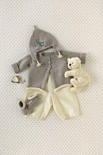 Une layette tricotée et cousue en laine, soie, cachemire et lin grise et beige pour bébé.